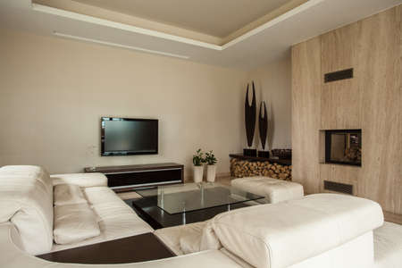 travertine house: Travertino casa de moda interior con chimenea, sala de estar