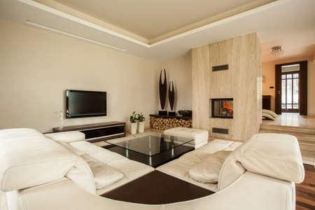 travertine house: Travertino casa de lujo y moderna sala de estar Foto de archivo