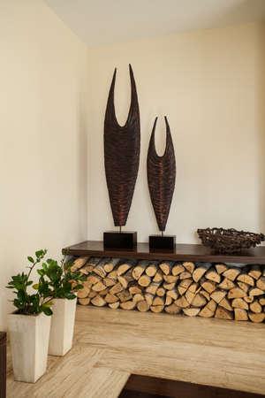 travertine house: Travertino casa flores, le�a en el sal�n de