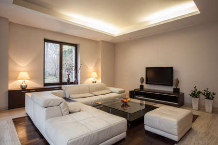 pokoj: Travertin dům Pohled na světlé, neobvyklé obývací pokoj