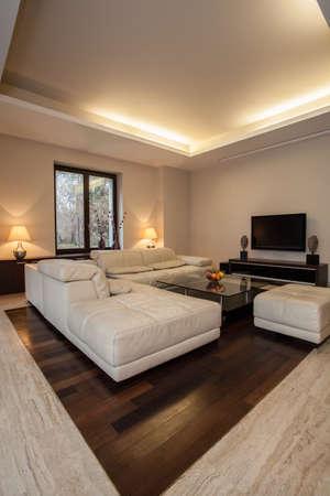 travertine house: Travertino casa iluminada sala de estar de dise�o con detalles