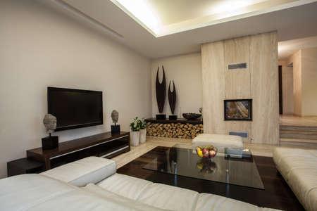 travertine house: Travertino casa Amplia sala de estar a la vista horizontal