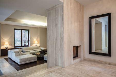 travertine house: Travertino casa Vista de la entrada al pasillo y sala de estar