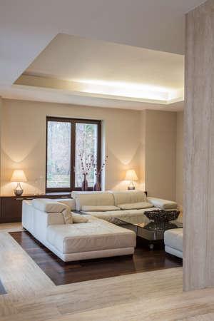 travertine house: Travertino casa confortable sof� en interior moderno