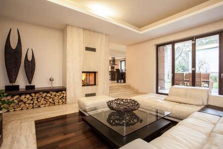 travertine house: Travertino casa interior de la sala de color beige