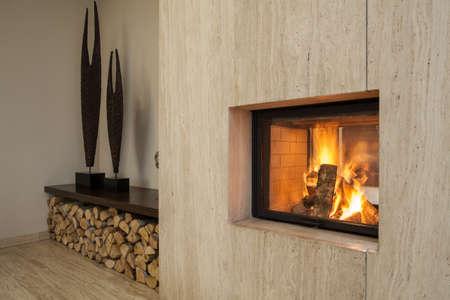 travertine house: Travertino casa chimenea y piezas de madera Foto de archivo
