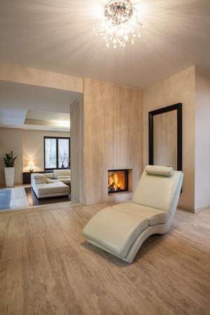 Травертин дом уютным и бежевые кресла