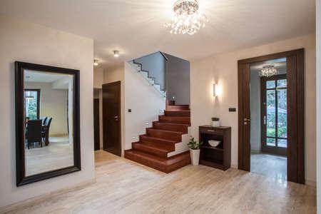travertine house: Travertino casa: entrada y pasillo, interior moderno Foto de archivo