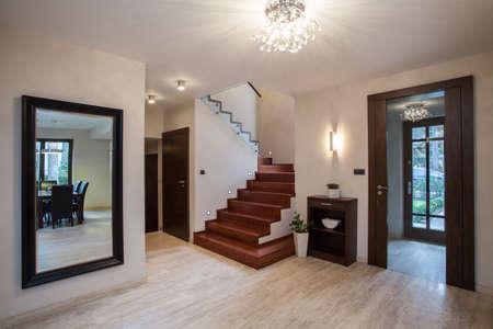 travertine house: Travertino casa: interior con pasillos, escaleras y entrada