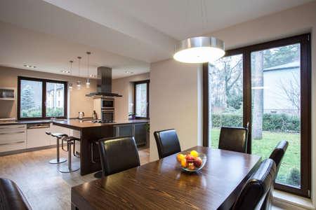 travertine house: Travertino Casa - Vista de un comedor y cocina