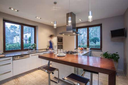 cuisine moderne: Travertin maison - id�e astucieuse dans la cuisine Banque d'images