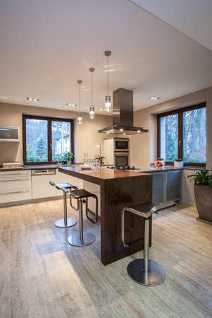 Травертин дом - вертикальный вид кухни