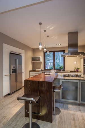 travertine house: Travertino casa - cocina moderna con encimera de madera Foto de archivo