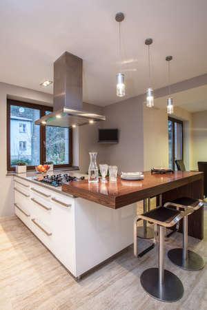 travertine house: Travertino casa - cocina luminosa con muebles blancos Foto de archivo