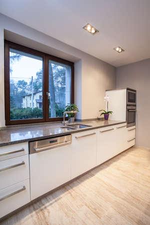 travertine house: Travertino Casa - Vista vertical de un interior de la cocina