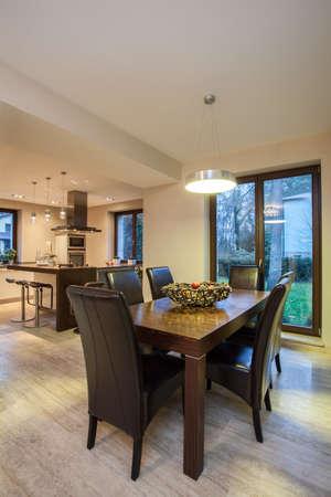 travertine house: Travertino casa - Mesa de comedor y una cocina en un fondo
