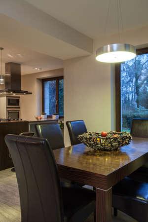 travertine house: Travertino casa - Mesa de comedor en primer plano Foto de archivo