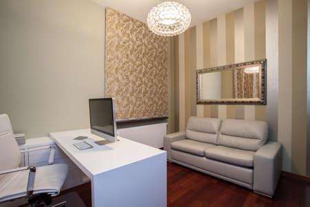 travertine house: Travertino Casa - Vista horizontal de la oficina en casa c�modo