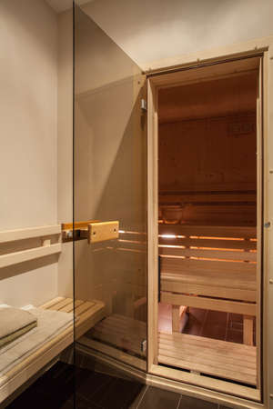 travertine house: Travertino casa - interior de una sauna de madera Foto de archivo