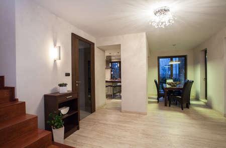 travertine house: Casa Travertino - pasillo con cocina y comedor, un fondo