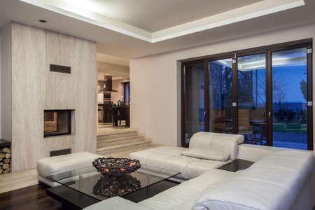 sala de estar: Travertino casa - sala de estar y vista del comedor