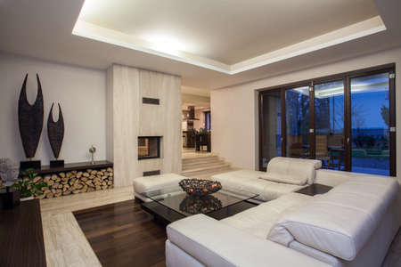 travertine house: Travertine house - luxurious living room with beautiful decoration