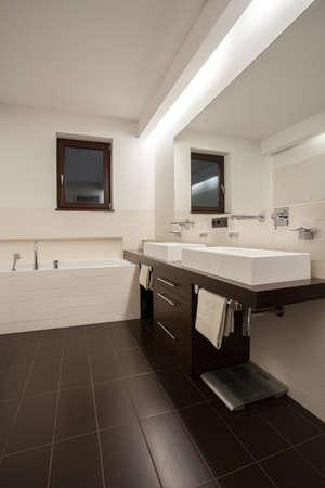 travertine house: Travertino casa - cuarto de ba�o con accesorios de color beige marr�n