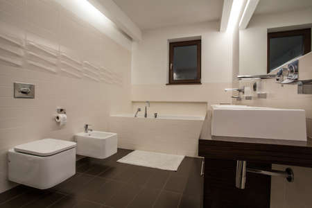 travertine house: Travertino casa - cuarto de ba�o bien dise�ado en color brillante