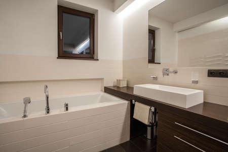 travertine house: Travertino Casa - Vista horizontal del cuarto de ba�o con ventana