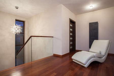 travertine house: Travertino casa - pasillo de lujo con ara�a de cristal