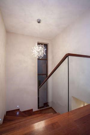 travertine house: Travertino casa - Escalera de vidrio con escaleras de madera Foto de archivo
