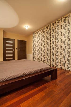 travertine house: Travertino casa - habitaci�n elegante con cortinas