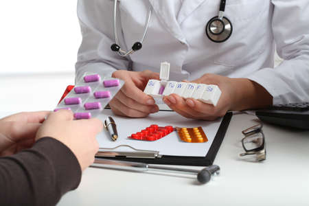pills in hand: M�dico explicando la receta a los pacientes en el consultorio Foto de archivo