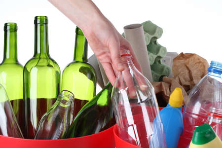 botellas vacias: Poner en botella de plástico reciclado bin, primer plano