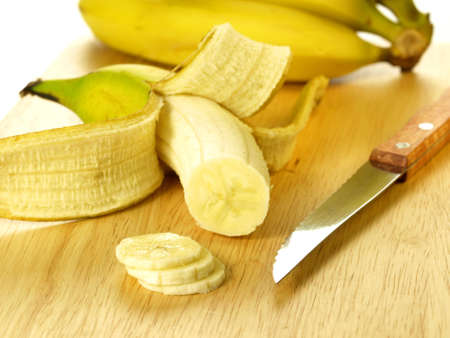 peeled banana: Peeled and sliced banana for fruit salad