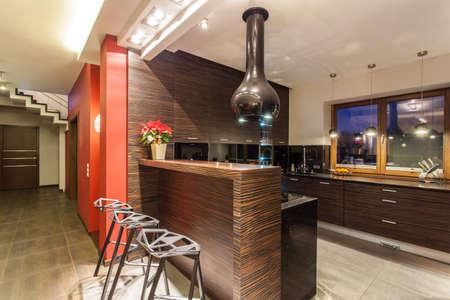 Ruby dom - Nowoczesna kuchnia z ladą i taborety Zdjęcie Seryjne - 17160449