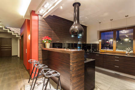Ruby House - Cucina moderna con bancone e sgabelli photo