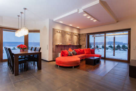 woonwijk: Ruby huis - Ruime woonkamer met robijn sofa Stockfoto
