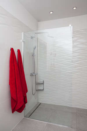 cloudy home: Cloudy home - glass modern shower in white contemporary bathroom