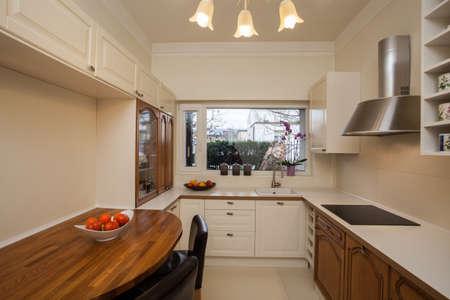 big window: Cloudy huis - ruime keuken met groot raam Stockfoto