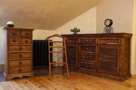 muebles de madera: Nublado casa - aparador de madera marrón viejo estilo Foto de archivo
