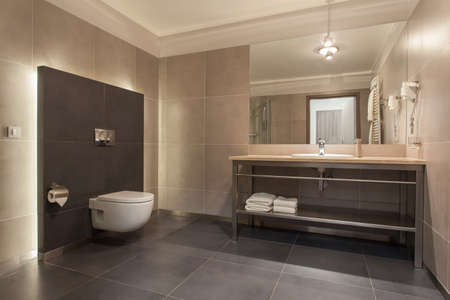 bathroom faucet: Woodland hotel - Interior de un cuarto de ba�o gris moderno