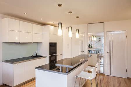 Elegante apartamento - Interior de la cocina moderna y luminosa Foto de archivo
