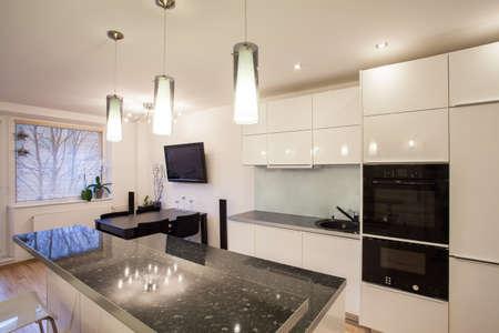 Elegante appartamento - cucina Brigth con un tavolo scuro Archivio Fotografico