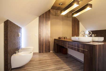vessel sink: Casa de campo - encimera de madera en un cuarto de ba�o moderno