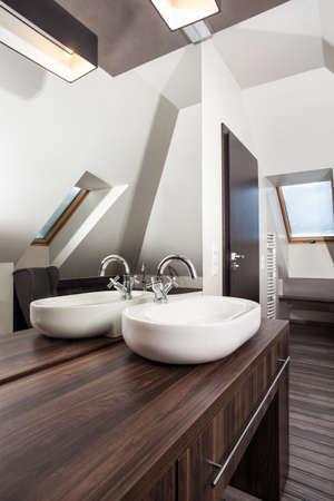 vessel sink: Casa de campo - fregadero del recipiente de cer�mica en ba�o moderno
