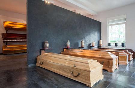 trumna: Trumny staÅ'y w domu pogrzebowym Zdjęcie Seryjne