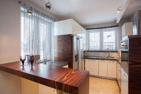 contadores: Casa de campo - Interior de cocina de madera marr�n Foto de archivo