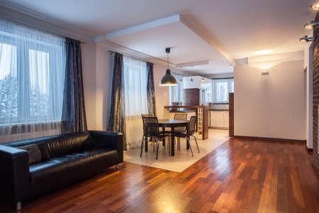 parquet floors: Paese di origine - divano e tavolo in casa moderna Archivio Fotografico