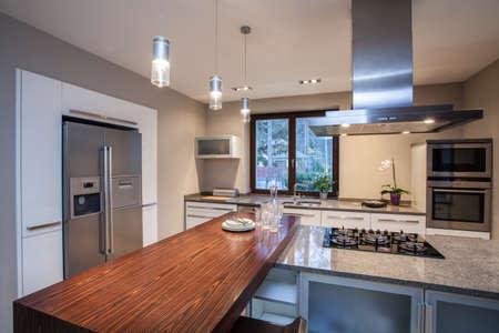 travertine house: Travertino casa-Horizontal vista en la cocina iluminada